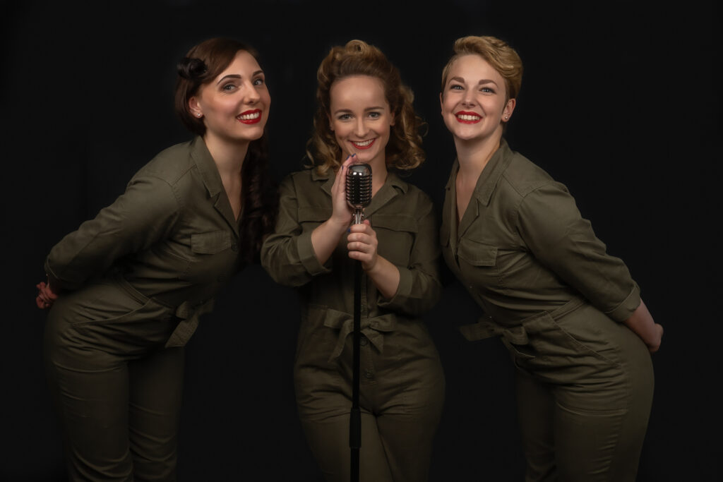 The Key Sisters staand met microfoon